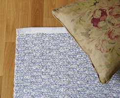 Det lyse teppet tar opp rommets lyse farge med små innslag av sofaens blå.