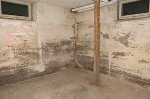 Kjelleren var sliten og mye av malingen var flasset av veggene. Gulvet hadde heller aldri vært malt.