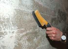 Veggene ble børstet med en stålbørste, før vi gikk over veggene med en mykere kost.