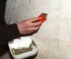 Eventuelle hull, sprekker eller ujevnheter kan sparkles med spesiell betongsparkel eller rett og slett litt mørtel.