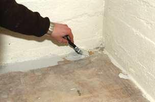 For å komme godt inn langs kanten på gulvet er det lurt å bruke en pensel