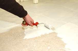 Gulvet ble malt med rulle. Stor rulle på skaft kan med fordel brukes.