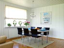 Spisestuen etter. Paret hadde nesten alle møblene fra før, men satte dem sammen på en annen måte enn tidligere.  De følte at dette huset krevde noe mer, og kombinerte det moderne med litt gamle detaljer som lysekronen over spisebordet.
