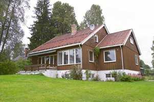 Det er et hyggelig hus og godt med plass. De lave vinduene ut mot hagen gir fin utsikt.