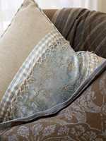 Puten foran er i kasjmir, den bakerste er i grov lin med innfelte stykker i silke og velur. Bisen er i glassperler, som fåes kjøpt metervis.