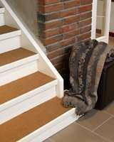 Trappetrinnene mellom første og annen etasje er belagt med sisal.