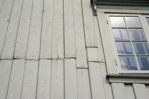 Veggen, trengs det vask? Er det sprekker i malingsfilmen eller er fargen matt, tørr og smitter av (kritter)?