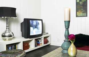 TV-en er gammel, men fungerer fint også til spill av alle slag. Plassert på en Lack-benk fra IKEA står den støtt. Benken har plass til bøker, DVD-er og andre småting som ellers ville flytt rundt.