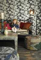 Abelone koser seg i kjellerstuen, der all hopping er tillatt. Rommet er blitt en kombinasjon av barnevennlig og eksotisk, med indisk bord og sølvblomster i tapetet.
