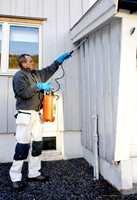 Vaskekjemikaliene påføres ved hjelp av sprøyte, kost eller svamp. Etter 10-15 minutters virketid kostes veggen lett før den spyles ren. Bruk en husvaskekost med forlengerskaft - så når du lenger.