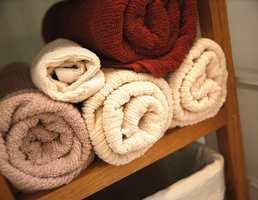 Håndklær i varme farger passer flott til treverket.