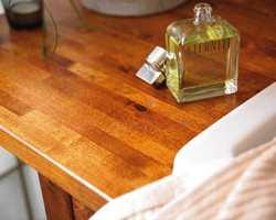 Servantbenken er opprinnelig klarlakkert bjørk. Den ble pusset ned, beiset og lakkert i farge Kirsebær. Speilet og hyllene har fått samme behandling for å få tilnærmet utseende som valnøttre.