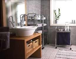 Fra bruksbad for fem til luksus-bruksbad for to! Før måtte gardinene alltid være trukket for når noen var på badet. Det store vinduet har nå fått en folie som stenger for innsyn.