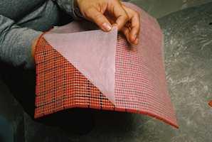 Glassmosaikk har en bakside av netting. Det løse papiret rives av og nettingen legges i limet. Bruk tynt med lim så ikke det tyter opp i fugene.
