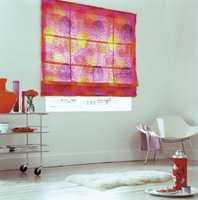 En rufsete rullgardin i festlige farger. Finnes også som ensfarget i rosa, oransje, gult og lilla, pluss hvit. Lages med bredde opp til 2 meter.