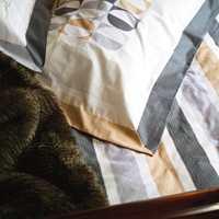 Sengetøy med spennende stripeeffekter. Sengeteppet i fuskepels varmer godt rundt føttene en kald vinternatt.