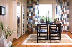 De nye gardinene består av 60 cm brede paneler som er festet til skinner. De kan trekkes helt for eller fra, og helt eller delvis overlappe hverandre.