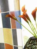 Stoffet er en lett bomullskvalitet i fargeglade ruter.