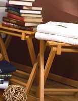 Brettbordene er malt i samme lyse brunfarge som på veggen.