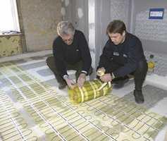 Skal du støpe gulv med varmekabler etter gammel oppskrift, vil betongen alene  bygge opptil fem centimeter. Nå kan du nøye deg med å bygge opp hele gulvet to- tre centimeter, fliser inkludert.