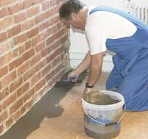 I eldre boliger vil gulvene ofte ikke være helt plane - spesielt kan det merkes langs veggene. Slike skavanker bør rettes før gulvlegging.
