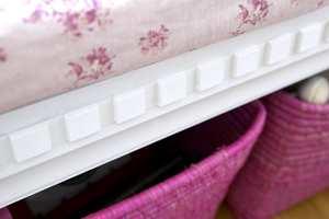 Den hvite sukkerbitlisten er tegnet av Siv og spesialbestilt hos Stiltre. Den gir benken et eksklusivt uttrykk.