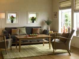 Lette møbler i sofakroken. Det kan være lurt å velge varige, diskrete farger på de største møblene.