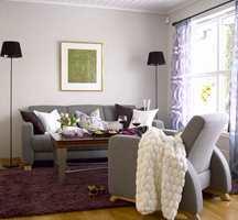 Ny tapet, hvit maling på tak og lister og møbler i enkel og elegant design gjorde underverker i stua.