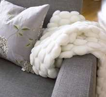 Stue, tv-krok og entré ble pusset i en fargekombinasjon av hvit, grå og lilla.