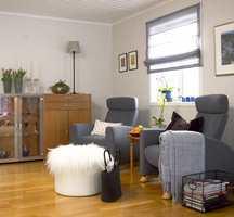Den gamle sofakroken ble lysere og nettere med to grå lenestoler og hvitmalte vegger. Og et gjennomsiktig liftgardin slapp inn lyset utenfra.