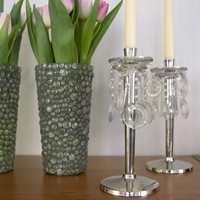 Innslag av pyntegjenstander, blomstrete puter og pledd gjør at det ellers mimimalistiske interiøret oppleves frodig og varmt.