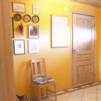 Gang før: Gule vegger og furutak, -dør og møbler gjorde entreen mørk og kjedelig.