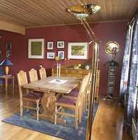 Burgunderrøde vegger og gulnet furupanel i taket ga rommet et mørkt og innestengt preg.