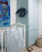 Det anonyme garderobeskapet fikk nytt liv i lyseblå drakt. Det rutete sengetøyet er sydd av samme stoff som gardinen. - Det er både rimelig og lett å sy barnesengetøy selv. Kjøp rikelig med stoff, vask det på 60 grader og kjør det i tørketrommelen så det blir ferdig krympet. Så er det bare å sy i vei, oppfordrer Siv.