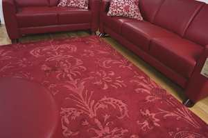 Nå vil vi også finne gulvtepper med romantiske ornamenter, her i varm, rød ull. (Gulvex)
