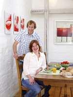 Sylvi Stenseng og Eivind Skorstad kan smile etter vel gjennomført oppussing. Her sitter de i spiseavdelingen på kjøkkenet. I bakgrunnen ser vi bjelkene som er hvitbeisede.
