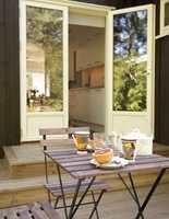 Uteplassen . Koselig spiseplass ute. Nå vil familien plante vekster som passer til kjøkkenet slik at utsikten blir perfekt.