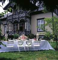 Villa Snøringsmoen i Lillesand er blitt ført tilbake til den opprinnelige stilen med farget glass i verandaen, markerte konstruksjonsdetaljer, høye vinduer med T-sprosser og spisst tak med store utstikk. Bildet er hentet fra boken