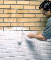 <b>RULLE:</b> Bland gjerne ut sparkelen slik at den får en konsistens som gjør den enkel å påføre med en malerulle.