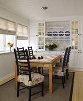 I dag er den tidligere TV-stuen blitt en trivelig spisestue, praktisk vegg i vegg med kjøkkenet. Oddmund har selv laget den fine fondveggen, av skap fra Ikea og en selvkomponert tallerkenhylle.