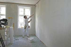 Påfør vegglim med en langåret malerull. Bruk pensel i hjørner og i overgang vegg/tak og vegg/gulv. Legg lim et stykke ut på neste lengde, så slipper du limsøl i skjøtene.