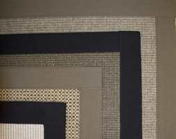 Lag kantet teppe av et heldekkende teppe med konstrastfarger på kanter og søm.