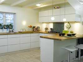 I dag er kjøkkenet  helt moderne, og har rene linjer uten synlige håndtak. Dette sammen med de lyse flatene får det lille rommet til å virke stort.