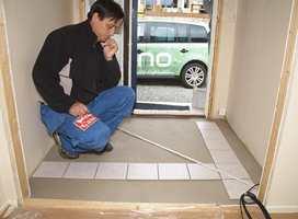 Begynn med å legge flisene løst utover gulvet for å se hvordan rommet går opp. Kutt flisene slik at flis mot vegg ikke blir smalere enn bredden av en halv flis.