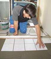 Begynn deretter å legge ut flisene. Pass på at flisene ligger i samme høyde, slik at ingen kanter stikker opp.