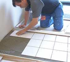 Med flisekryss blir det enklere å beregne lik bredde på fugene. Dette gulvet var imidlertid såpass skjevt at flislegger valgte å ikke bruke kryss.
