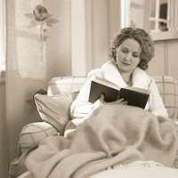 Ikke noe er bedre enn å krype opp i godstolen med et varmt pledd og en god bok.