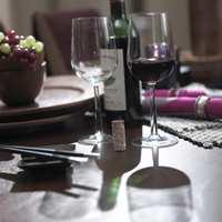 Et etnisk måltid inntas med god vin.