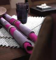 Cerise og lilla er brukt som kontrastfarger.