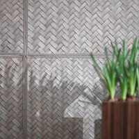 Bambus-tapetet med spennende flettemønster gir en fin effekt i rommet. Kvadratene er rammet inn med vevet bånd.